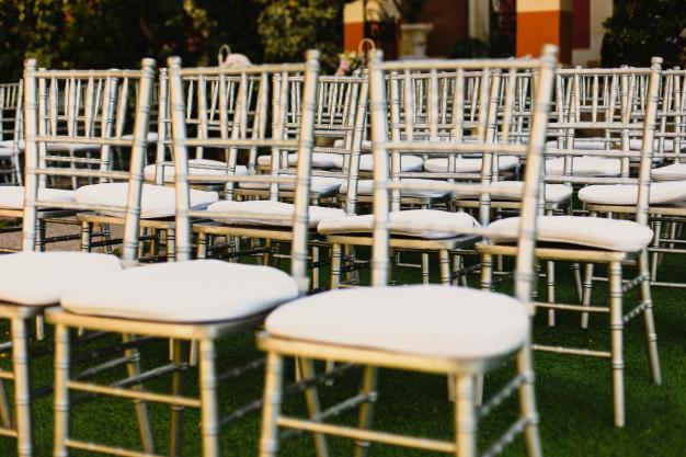 sillas-madera-estilo-retro-vintage-vacias-eventos-bodas_47726-1353